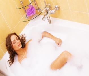 Гореща вана или душ срещу самота