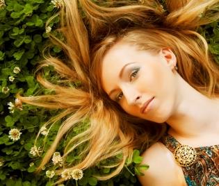 Красива коса с ... коприва